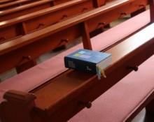 Symbolbild Gesangsbuch auf Kirchenbank